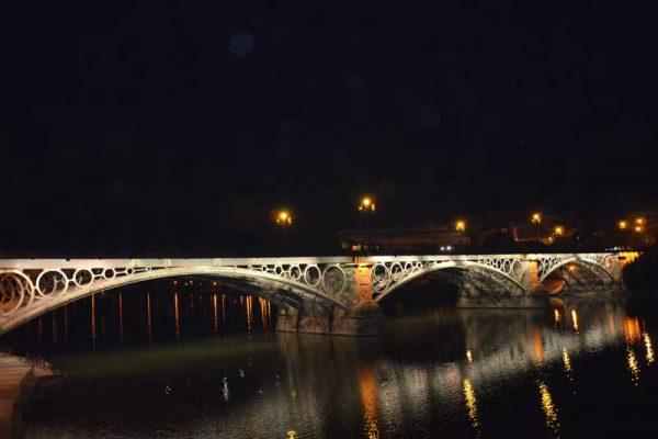 Vista del Puente de Isabel II desde la Calle Betis